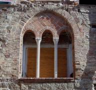 Finestra medievale nel centro storico