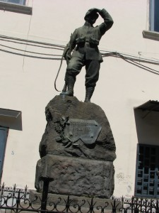 Monumento ai caduti in pietra lavica