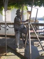 Statua del pittore sul lago