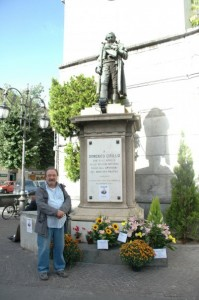 Raffaele Abbate vicino alla statua di Domenico Cirillo