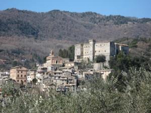 Il borgo sovrastato dal Castello Massimo