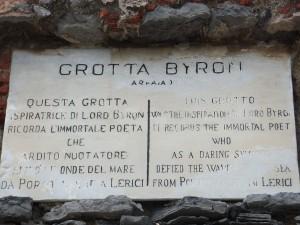 La targa all'ingresso della Grotta Byron