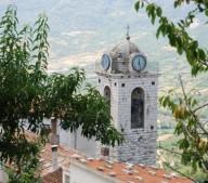 campanile_con_orologio_in_rilievo