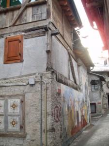 Casa tradizionale con murales a Cibiana