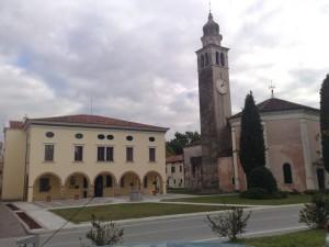 Vista del Palazzo del Municipio e del Duomo di Cordovado