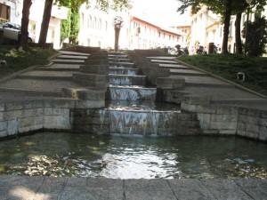 Fontana e in su.. una Chiesa