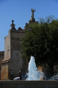 La fontana, il curioso, il parcheggio abusivo e il Santo