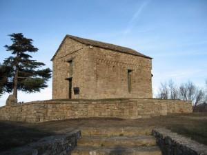 Bergolo. La cappella romanica di San Sebastiano nell'area cimiteriale. X Secolo