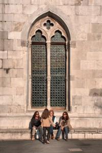 Chiacchiere femminili dopo la messa alla cattedrale di Muggia