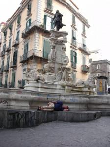 Pisolino alla fontana del re