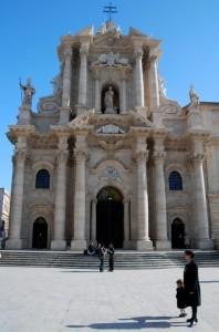 Facciata del Duomo di Siracusa con signora e bambino