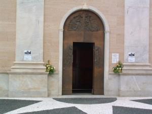 Chiesa di S. Pietro, portale in bronzo