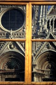 Siena-riflesso della facciata del Duomo