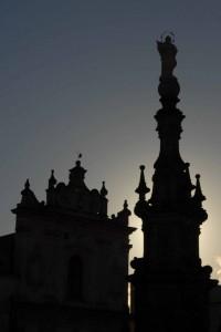 Chiesa di S. Trifone e guglia dell'Immacolata - controluce