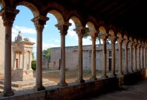 Colonnato e pozzo dell'Abbazia di Cerrate