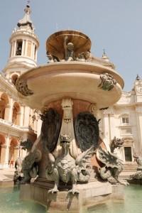 Fontana nella piazza del Santuario di Loreto