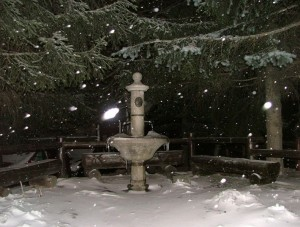 fontana di Clavière sotto una nevicata