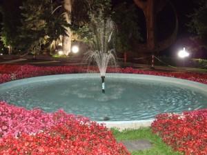 la fontana con i fiori di Saint-Vincet di notte