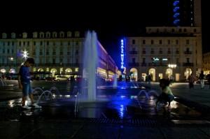 fontane di piazza castello in notturna