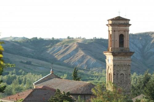 Canossa - La Chiesa e i calanchi