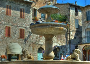 Fontana in piazza del comune di Assisi