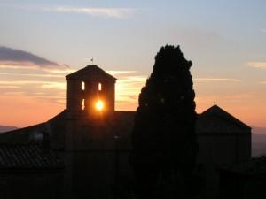 il tramonto che attraversa il campanile