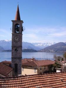 campanile, monti e lago