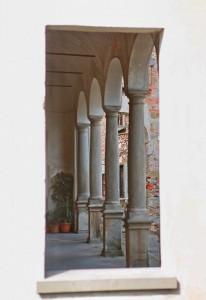 i portici della chiesa accanto