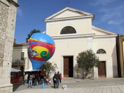 Fragneto Monforte - Chiesa madre San Nicola con mini-mongolfiera