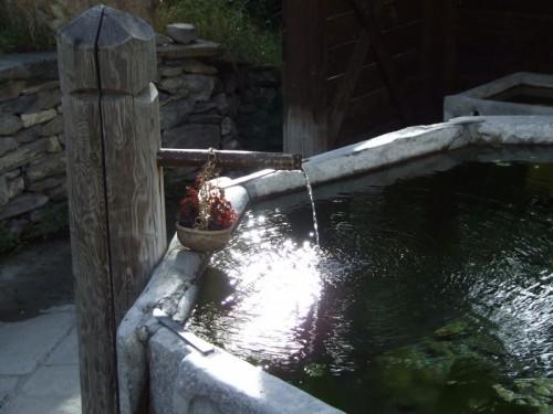 Cesana Torinese - La fontana di Thures con i raggi del sole