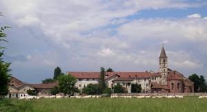 Staffarda: l'abbazia e vacche al pascolo