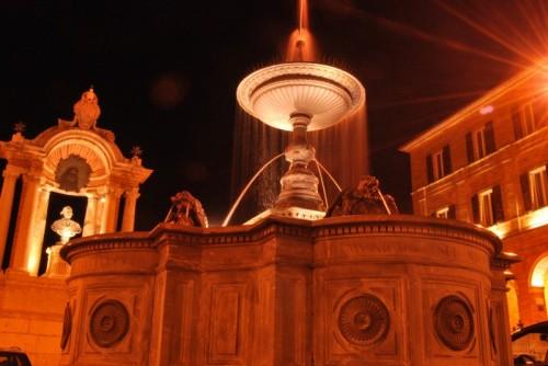 Treia - fontana della piazza