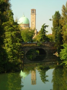 chiesa che si specchia nell'acqua