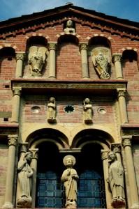 Particolare della facciata di Santa Maria di Vezzolano