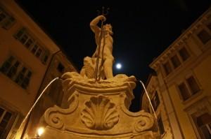 Nettuno vigila dall'alto la sua piazza, illuminata dalla  pallida luna