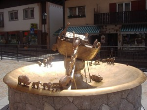 Fontana dell'Arca di Noè-piazza principale di Selva di Val Gardena