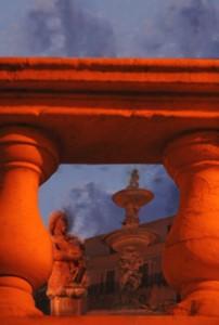 sbirciando tra le colonne(Fontana pretoria Palermo)