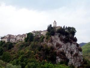 La chiesa sulla rupe di Castel Trosino