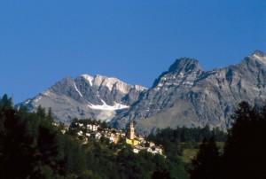 Santuario della Madonna delle Grazie e il paese di Primolo in Val Malenco