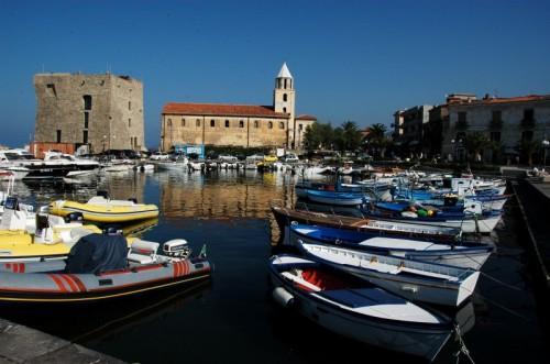 Pollica - acciaroli - la chiesa nella cornice del porto