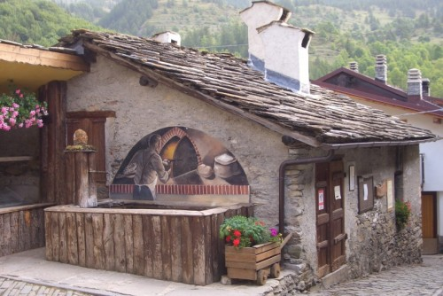 Usseaux - fontana e murales
