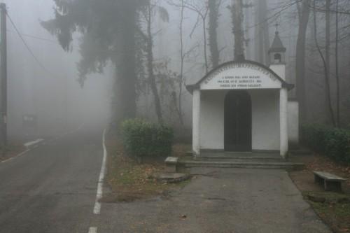 Locate Varesino - Cappella Madonna di Fatima nella nebbia