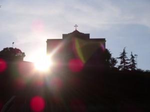 Tramonto dietro la chiesa