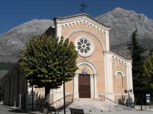 Chiesa parrocchiale di Massa d'Albe con sullo sfondo il M.te Velino