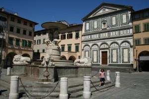 Bambina tra la Collegiata e la fontana dei Leoni
