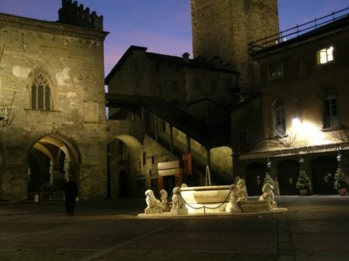 Bergamo - la fontana del Contarini in Piazza Vecchia a Bergamo