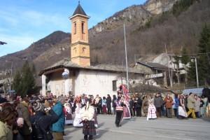 la Baìo davanti alla chiesa di Calchesio
