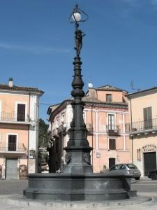 Fontana monumentale nella piazza di Popoli (PE)