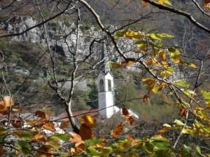 Chiesa di Igne in autunno