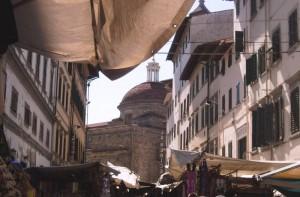 Basilica di S.Lorenzo passeggiando tra  i banchi del mercatino…